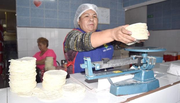 Mujer haciendo tortillas