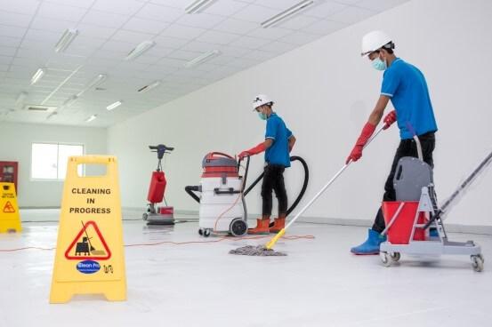 hombres limpiando