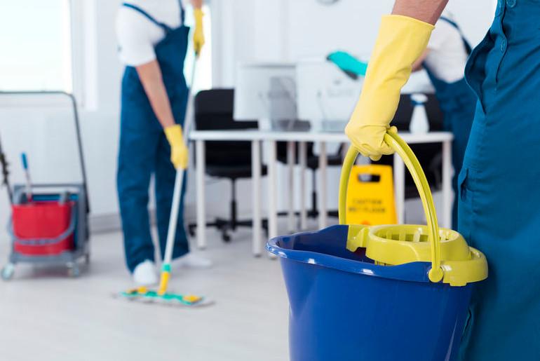 gente haciendo limpieza