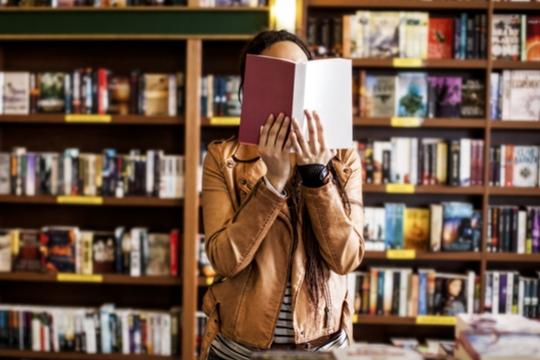mujer en libreria