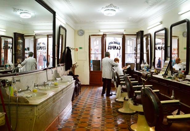 Barbero cortando pelo