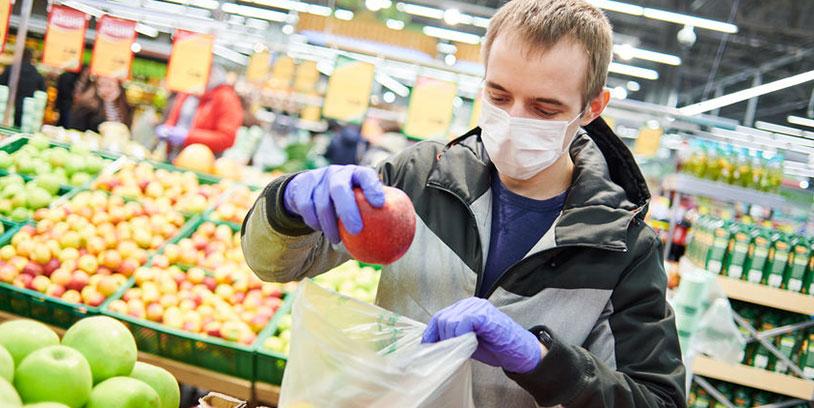 hombre escogiendo una fruta