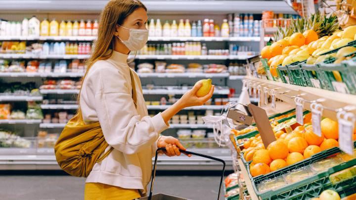 mujer escogiendo frutas