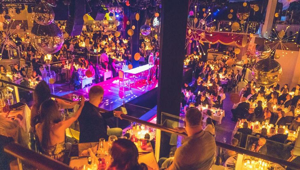 Personas disfrutando en night club