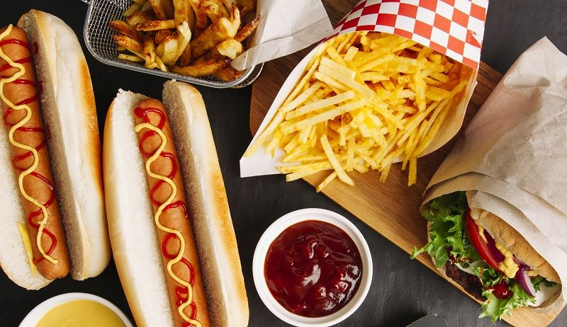 hot dogs y papas fritas