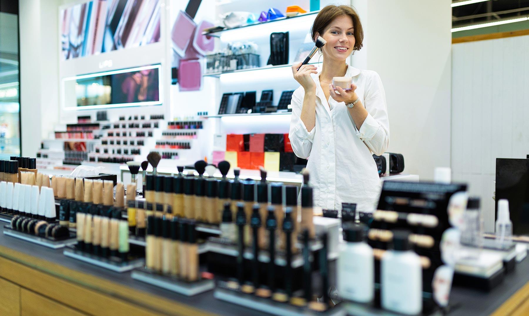 mujer vendiendo maquillaje