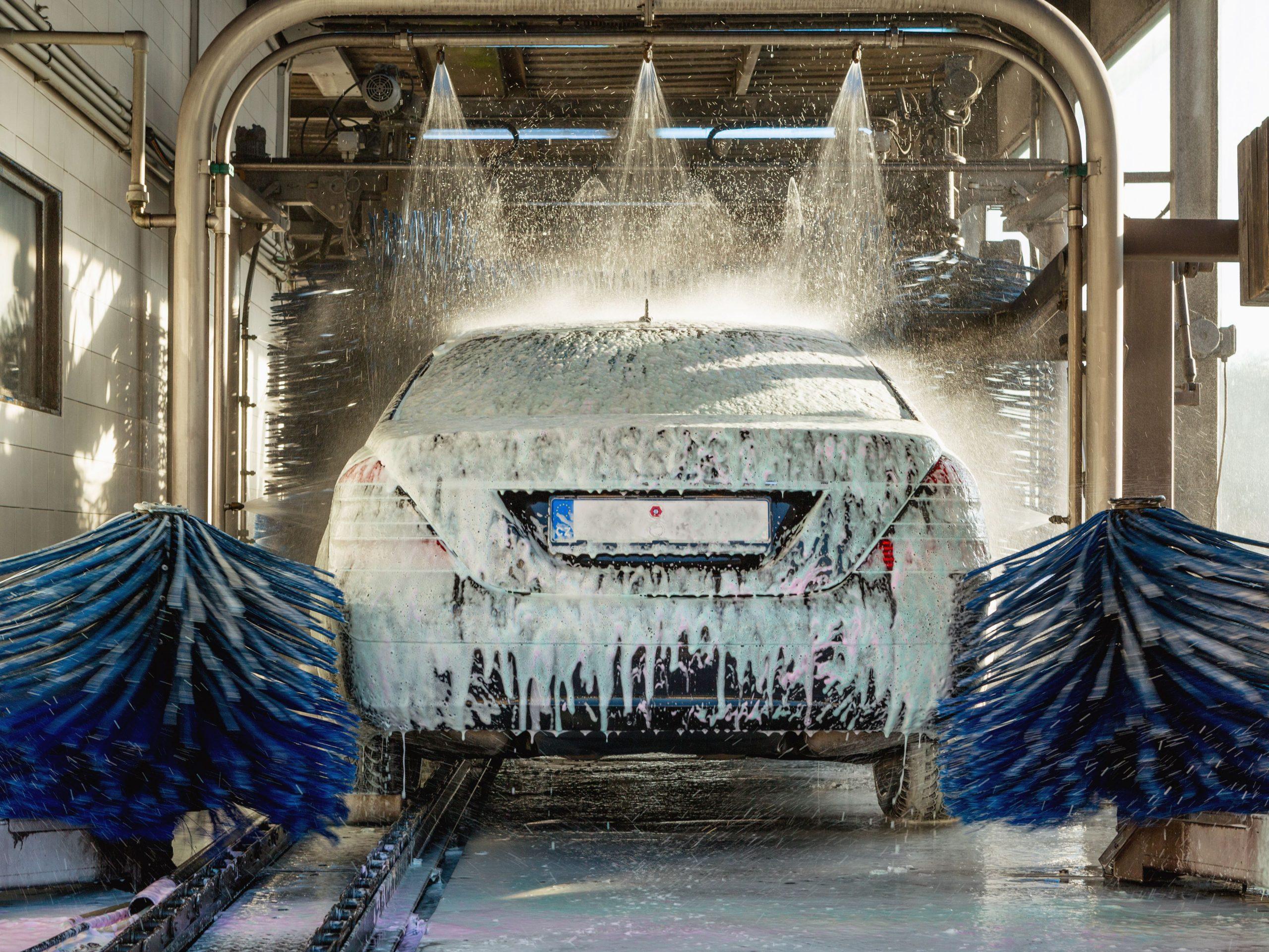 Carro siendo lavado