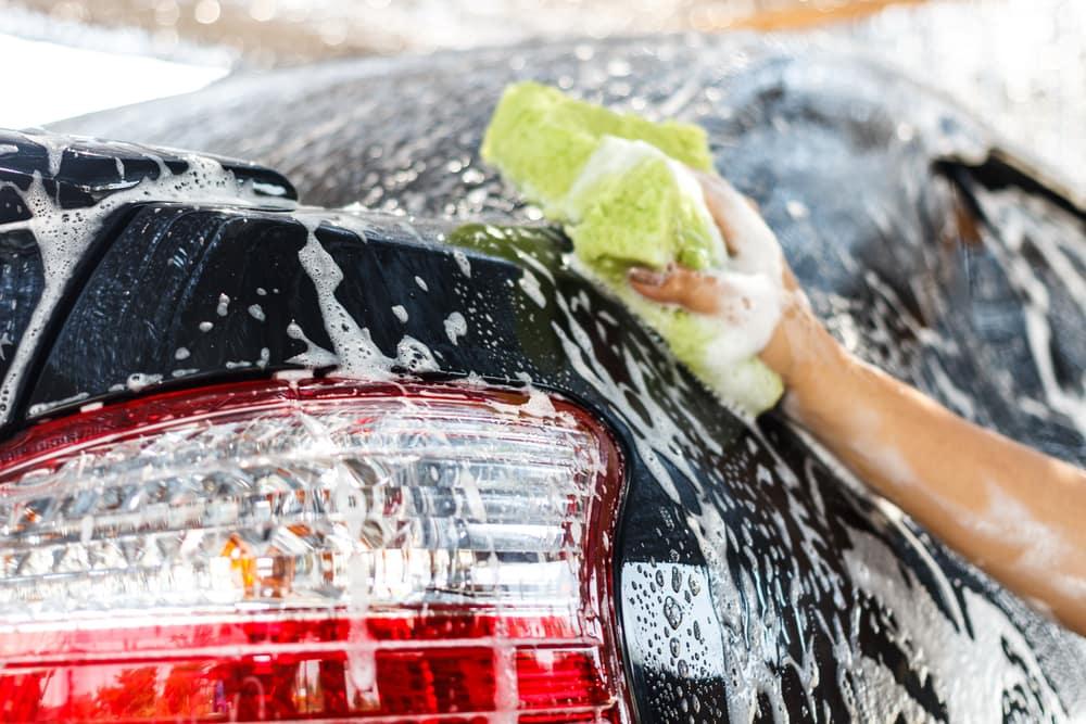 hombre lavando carro