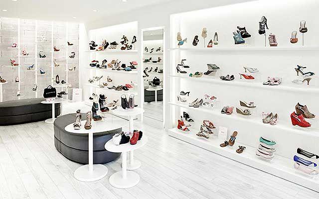 tienda de zapatos en tono blanco