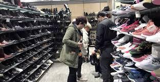 personas escogiendo zapatos