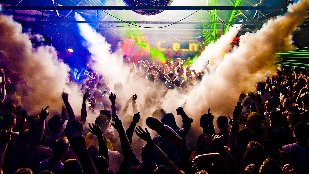 gente bailando en discoteca
