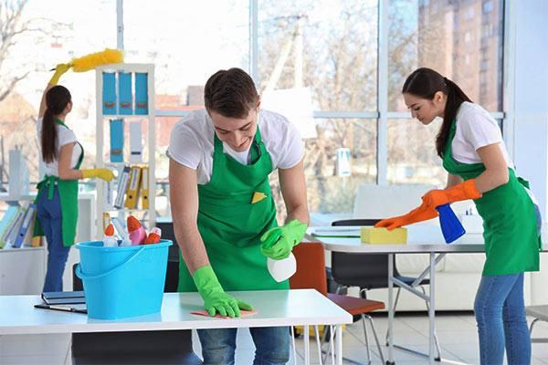 mujer y hombre limpiando