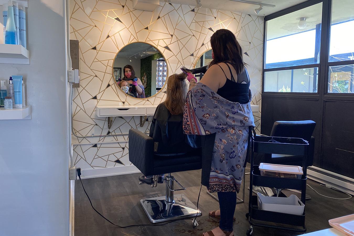 mujer arreglando el cabello